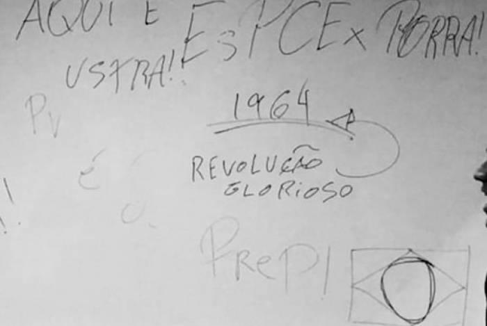 Alunos escreveram no quadro palavras de exaltação à ditadura militar