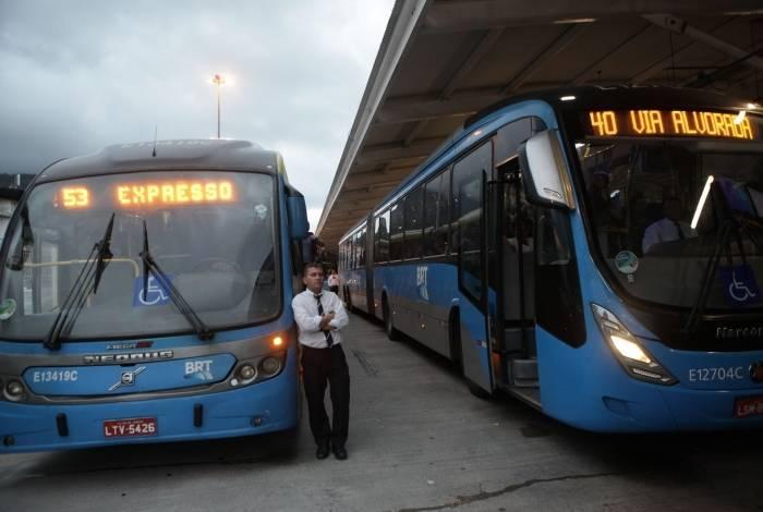 Rio, 27/09/2019  - Passageiros do BRT interditam pista e impedem circulacao do onibus para o Rock in Rio. Terminal Jardim Oceanico.  Barra da Tijuca, zona oeste do Rio. Foto: Ricardo Cassiano/Agencia O Dia