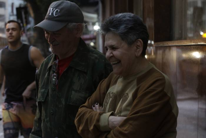 Lea Rodrigues, 69 anos, e Edmilson Almeida, 74 anos, se divertem com a ideia de aprender gírias usadas pelos jovens hoje em dia