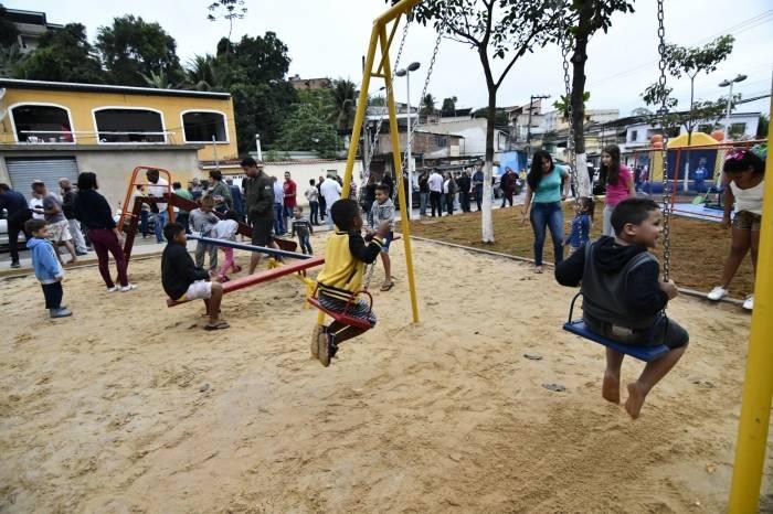 As crianças rapidamente foram brincar nos novos brinquedos da praça