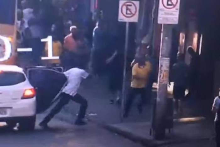 Câmeras mostram atleticanos agredindo um cruzeirense