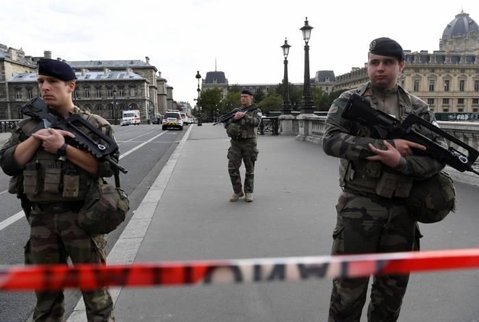 Um homem que empunhava uma faca esfaqueou e matou quatro policiais na sede da polícia no coração do centro de Paris na quinta-feira, antes de ser morto a tiros