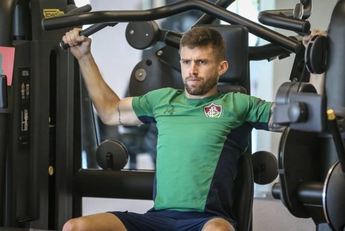Caio Henrique se exercita na sala de musculação do CT Tricolor: à espera da decisão sobre sua convocação