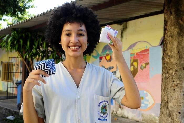Giullia Vieira é uma das desenvolvedoras do produto, que foi pensado para diminuir o impacto de descartáveis no meio ambiente. Eles são feitos com tecidos em várias estampas