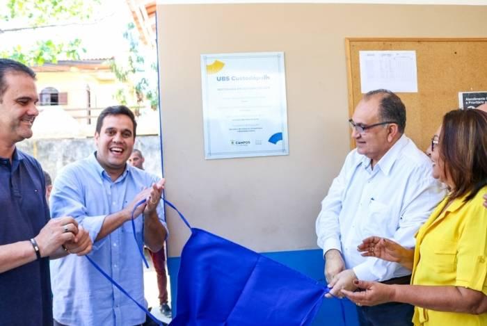 O prefeito de Campos, Rafael Diniz (de camisa azul claro), inaugurou as novas instalações da UBS de Custodópolis, ao lado do secretário de Saúde Abdu Neme