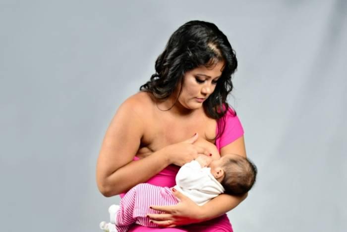 Mãe que perdeu um dos seios amamenta o filho no outro peito