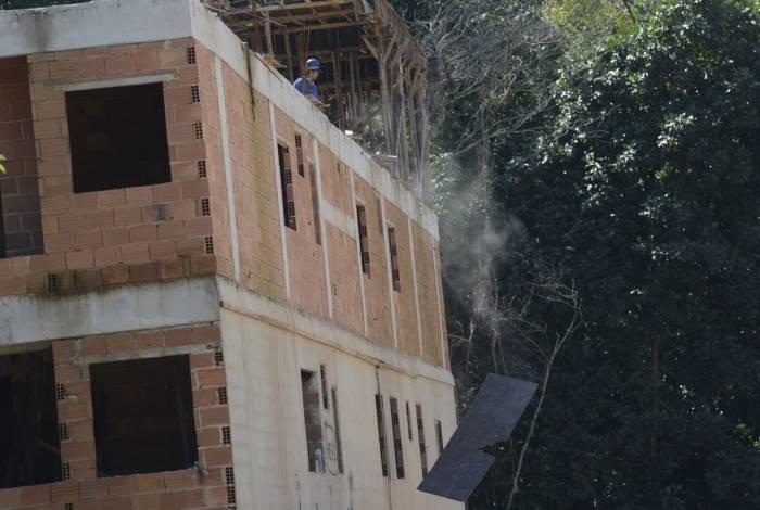 Prefeitura inicia trabalhos de demolição de dois prédios no condomínio Figueiras do Itanhangá, em Muzema, no Rio de Janeiro.