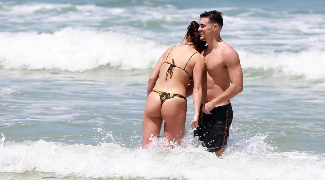 Bruno Montaleone vai à praia com a nova namorada