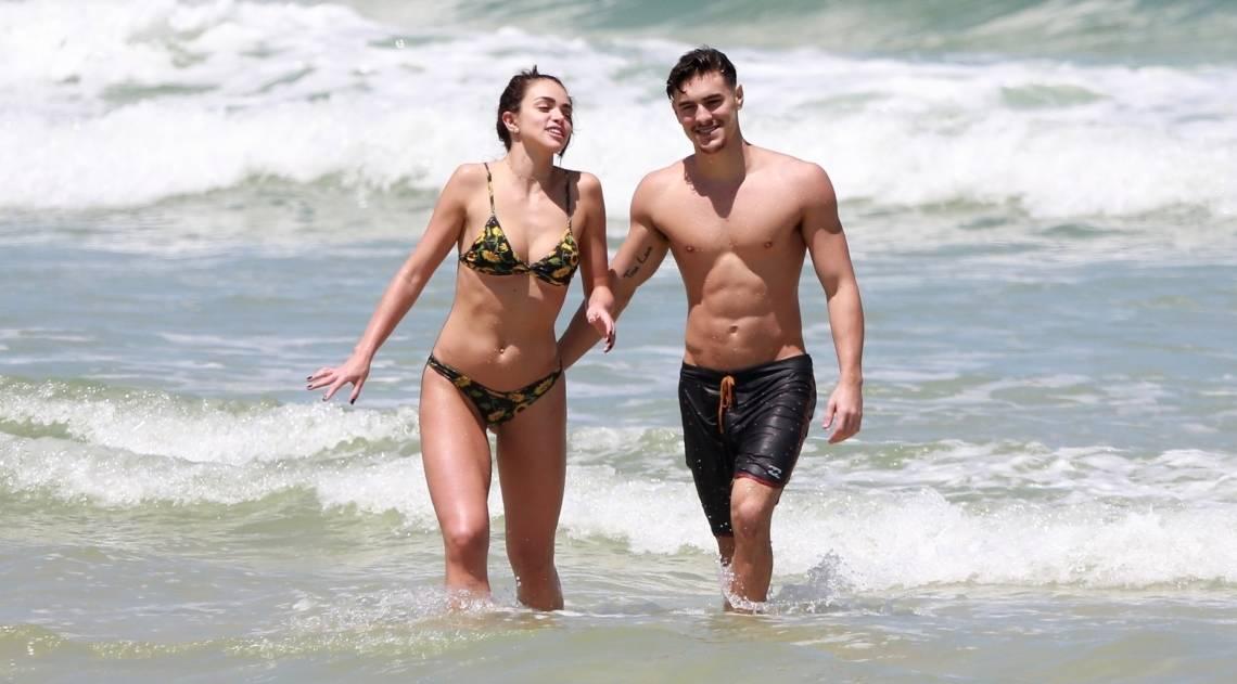Bruno Montaleone curte dia de praia com a namorada