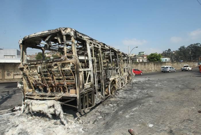 O que sobrou de um dos ônibus queimados