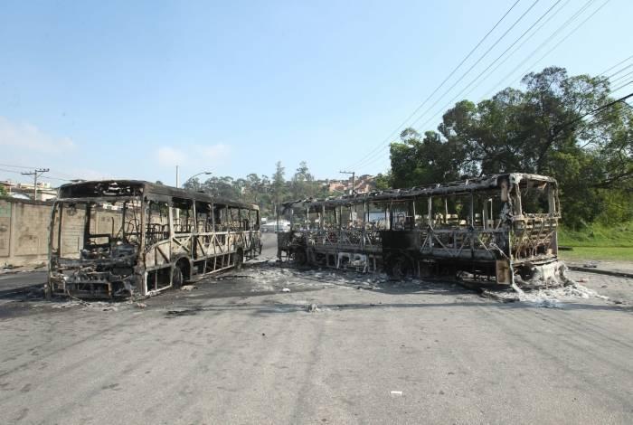 Ônibus incendiados no dia seguinte após a invasão ao Chapadão
