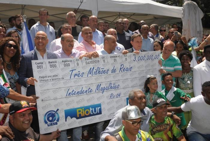 Ontem, o prefeito entregou cheque simbólico para os desfiles da Intendente e posou com camiseta da Liesb