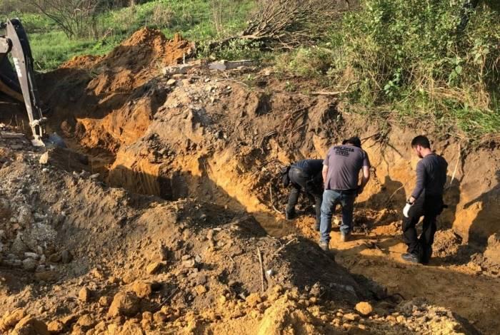 Após receber denúncias, policiais civis escavam para resgatar restos mortais na Baixada Fluminense