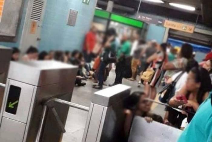 Passageiros do metrô se protegeram dos disparos