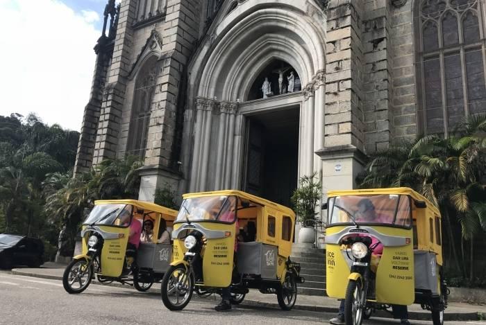 Tuktuk passearam pelo centro de Petrópolis