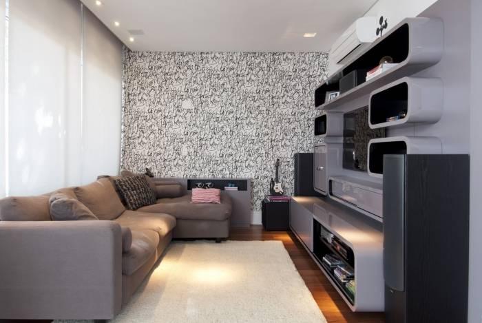 Para receber o papel, a parede precisar estar completamente lisa e com uma demão de tinta, para que o acabamento fique perfeito