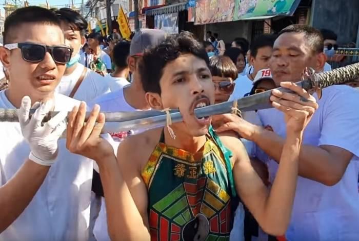 Tailandeses perfuram o corpo durante festival que acontece desde 1825 com a intenção de purificar o corpo