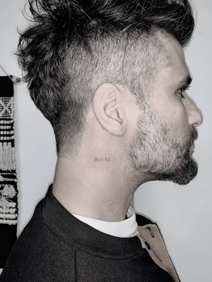 Bruno Gagliasso tatua o nome do filho Bless no pescoço