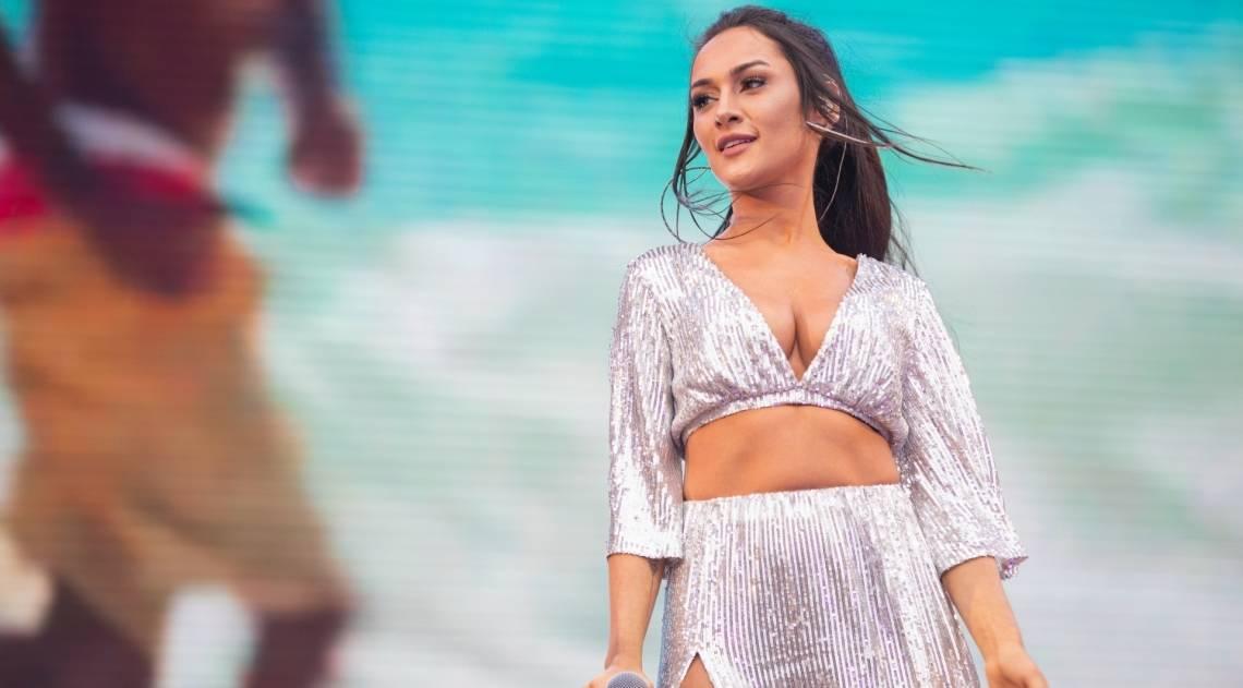 Melim canta sucessos e divide palco com portuguesa Carolina Deslandes