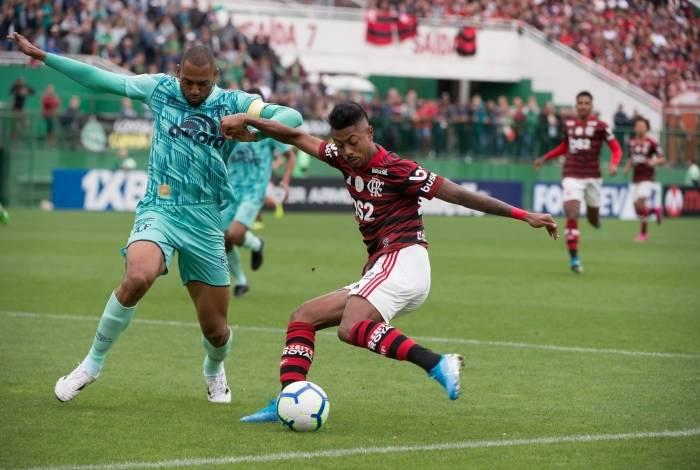 Sempre decisivo, o atacante Bruno Henrique fez gol, carimbou a trave e foi um perigo constante