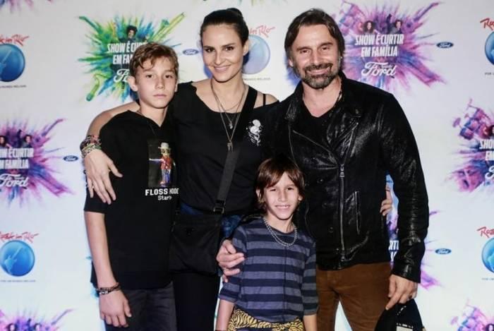 Murilo Rosa posa com a mulher e os filhos