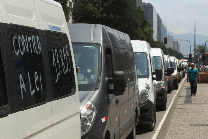 Donos de vans de todo o estado fizeram manifestação pacífica contra nova lei que endureceu multas