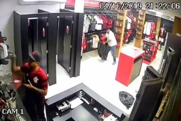 Imagem de câmera de segurança mostra os dois criminosos em ação, depois de renderem os funcionários da loja de Rio das Pedras