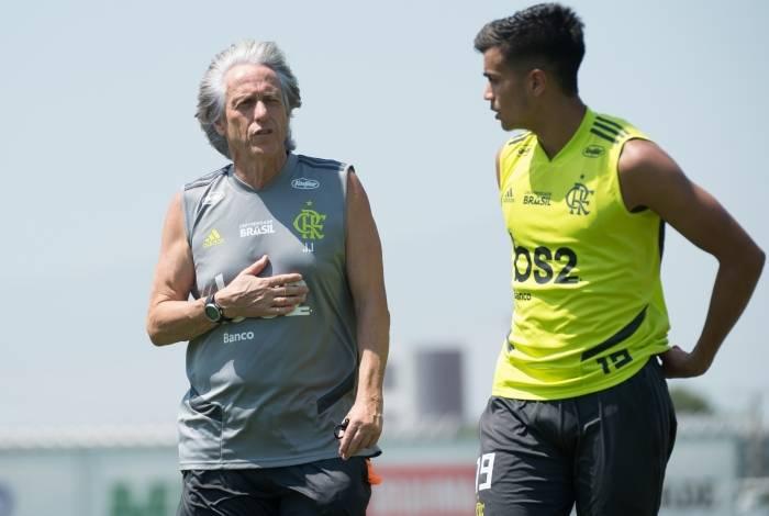 Jorge Jesus conversa com Reinier no treino do Flamengo