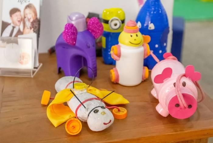 Exposição de brinquedos produzidos com materiais recicláveis da Sons Oficina Criativa na galeria do Centro Macaé de Cultura