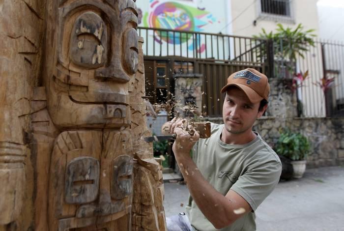 Dimiti Oliveira transforma árvore morta em arte no Maracanã