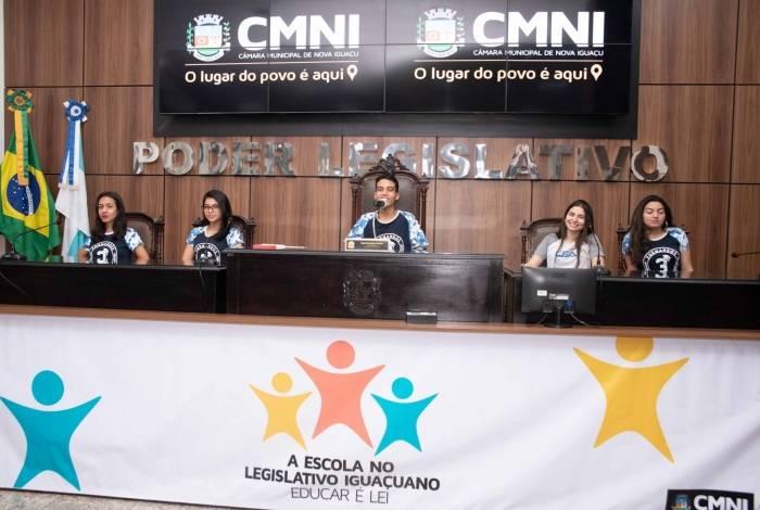 Os alunos do 3º ano do Ensino Médio do Colégio Aragão Torquato ocuparam as cadeiras dos vereadores e aprenderam como é ser um parlamentar