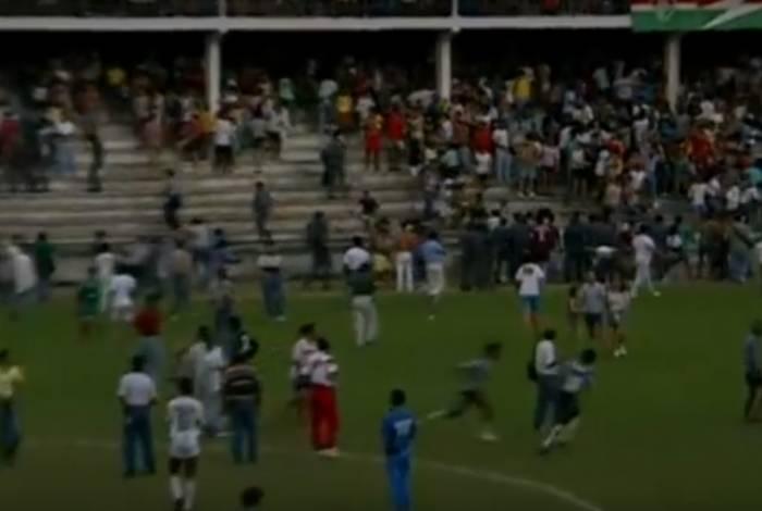 As torcidas de Botafogo e Fluminense invadiram o campo das Laranjeiras, a partida foi interrompida e a briga foi parar no Tribunal