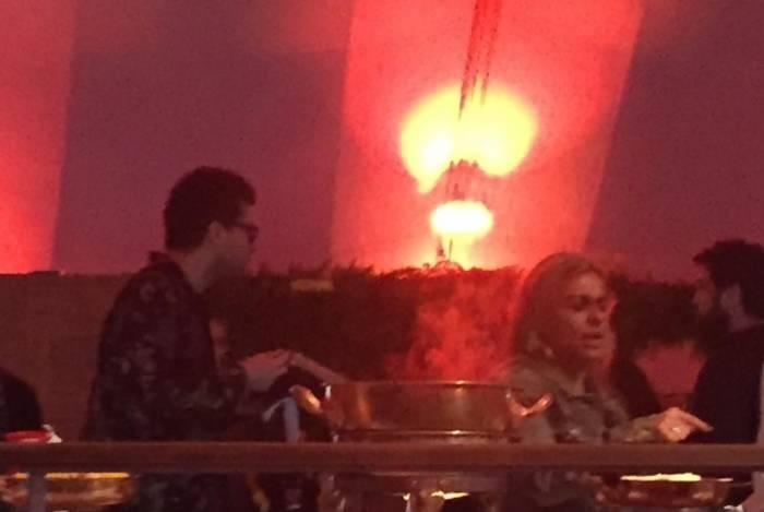 O casal foi direto até a mesa de comida