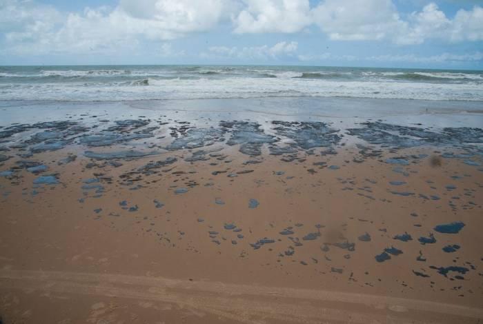 Resíduo oleoso em praia do Nordeste