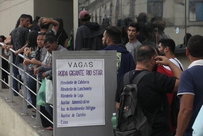 Milhares de pessoas formaram uma fila para conseguir uma das 80 vagas disponíveis