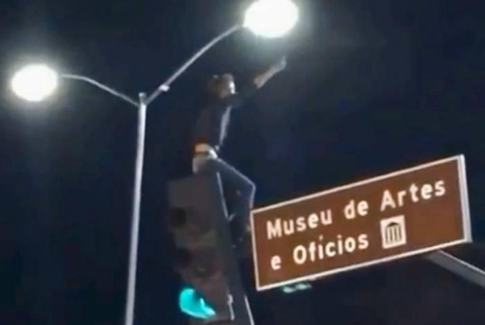 Fã curte show de Marília Mendonça em cima de sinal de trânsito em BH