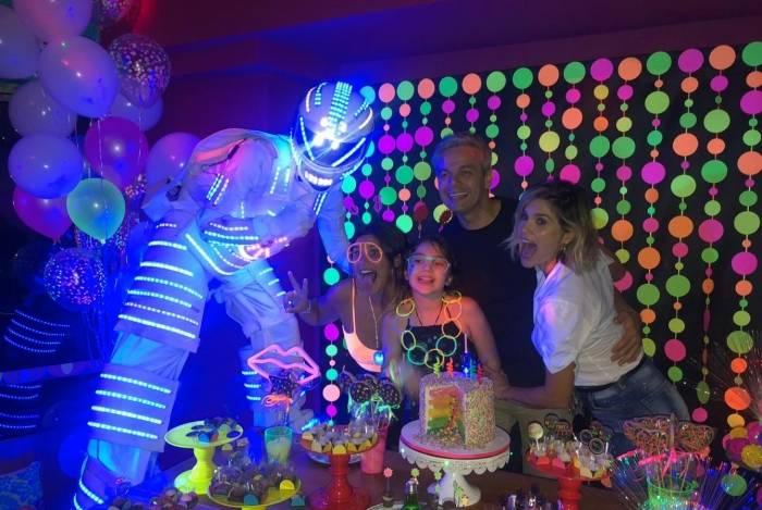Oliveira comemora 9 anos com o Robô Tronic de Led da MRB Produções