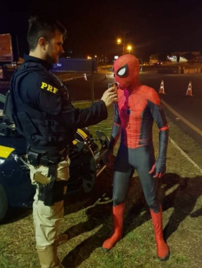Homem-Aranha é parado no teste do bafômetro em rodovia de Foz do Iguaçu