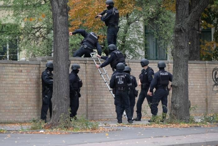 Policiais escalam um muro perto do local do ataque a tiros em Halle, leste da Alemanha, em 9 de outubro de 2019