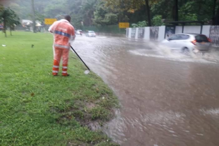 Chuva provoca bolsões d'água em diversos pontos da cidade. Na imagem, funcionário da Comlurb trabalha na Avenidas Epitácio Pessoa, perto do Parque da Catacumba, na Lagoa