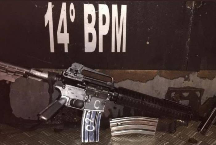 Um fuzil e uma pistola foram apreendidos na comunidade de Vila Kennedy
