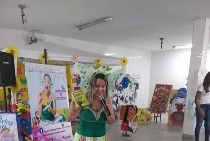 A escritora Elisângela Medeiros contando histórias para as crianças