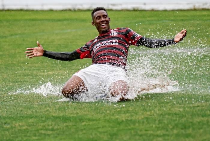 Yuri Cezar comemora gol do Flamengo