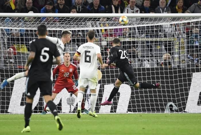 Alario (20) marca o primeiro gol da Argentina, em Dortmund