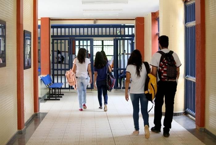 Pela proposta, equipes com psicólogos e assistentes sociais deveriam atender os estudantes dos ensinos fundamental e médio, buscando a melhoria do processo de aprendizagem