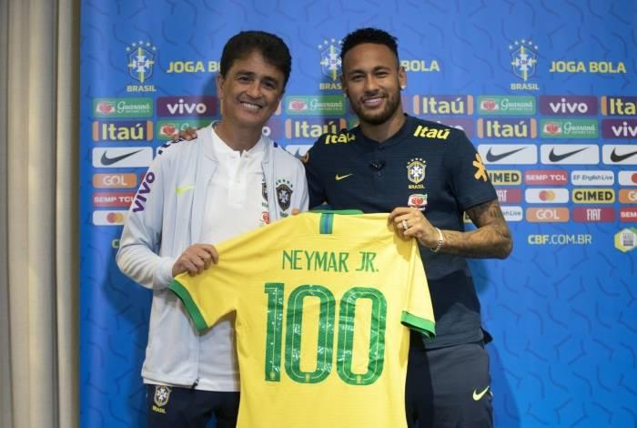 Ao lado do ex-jogador Bebeto, Neymar exibe a camisa que usará hoje