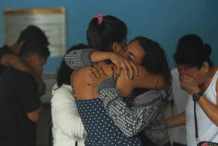 O desespero da mãe ao reconhecer o corpo da filha no IML. Paulo (detalhe E) confessou ter matado Estela