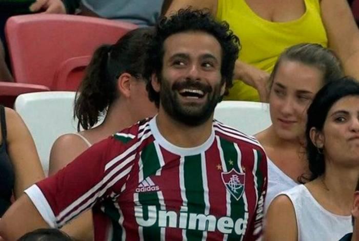 Torcedor faz sucesso em Singapura com aparência de Salah e camisa do Fluminense