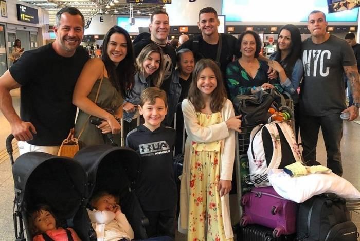 Malvino Salvador e Kyra Gracie embarcam para Fernando de Noronha com familiares