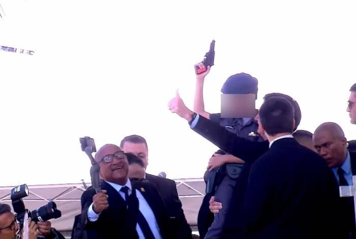 Durante a formatura, Bolsonaro posa com criança 'armada' no colo